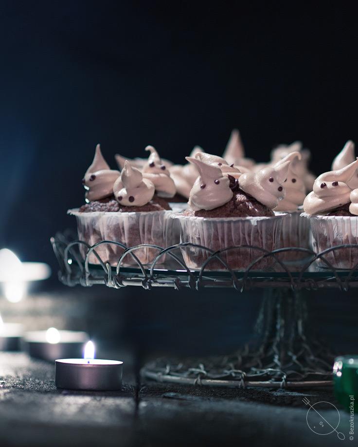 Bezglutenowe muffiny z mąki gryczanej z bezami duszkami na halloween