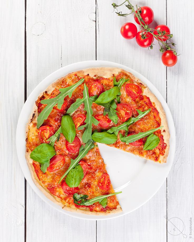 Bezglutenowa pizza bez drożdży z rukolą i pomidorami