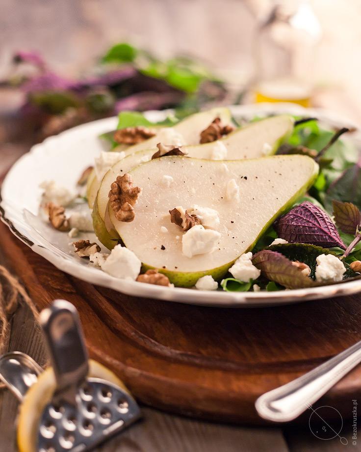 Sałatka z gruszką fetą i orzechami