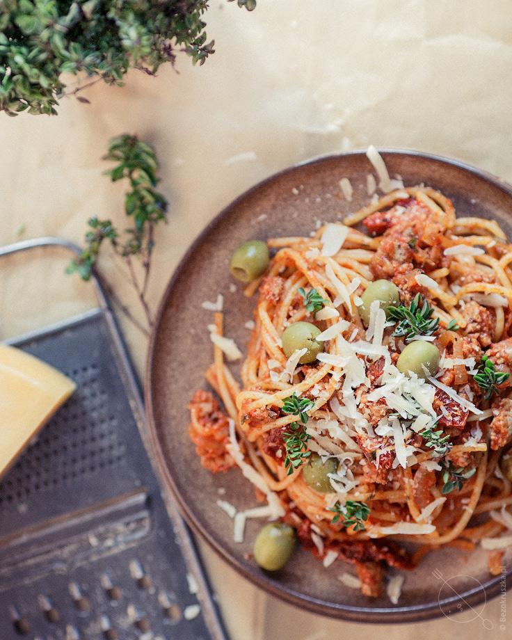 spaghetti bezglutenowe z indykiem i suszonymi pomidorami i majerankiem