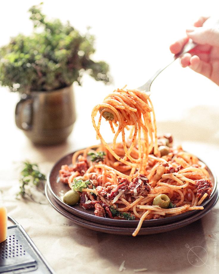 Spaghetti bezglutenowe z indykiem i oliwkami nakręcane na widelec