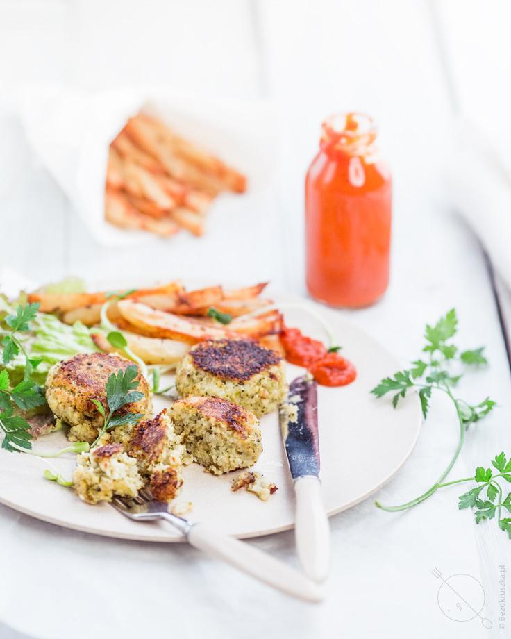 Bezglutenowe wegańskie kotlety z frytkami z piekarnika i domowym keczupem
