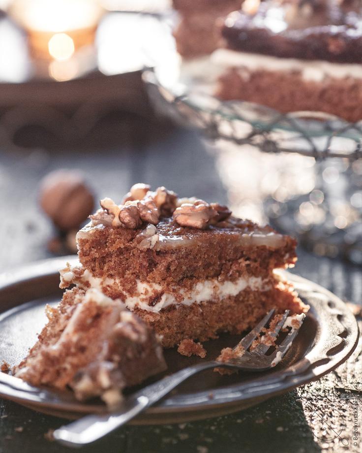 Bezglutenowy tort marchewkowy z miodowym kremem i orzechami