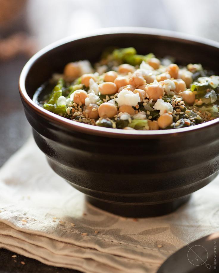 Zielona zupa z kapusty włoskiej, szpinaku, ciecierzycy z kozim serem i sezamem