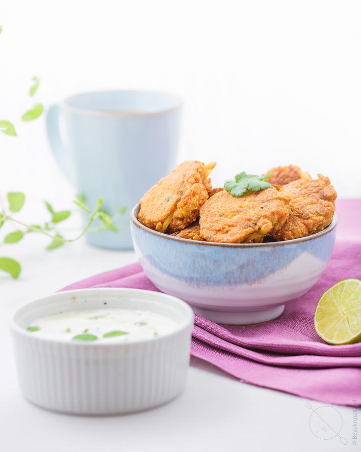 Bezglutenowe indyjskie bhaji cebulowe z sosem jogurtowym