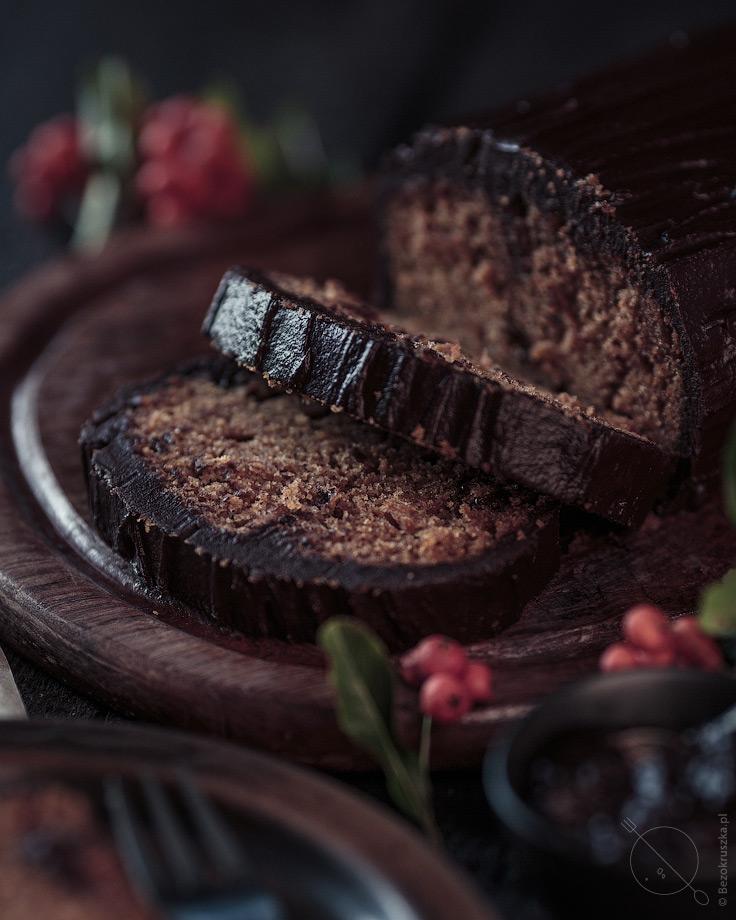Piernik bezglutenowy z suszonymi śliwkami i polewą czekoladową