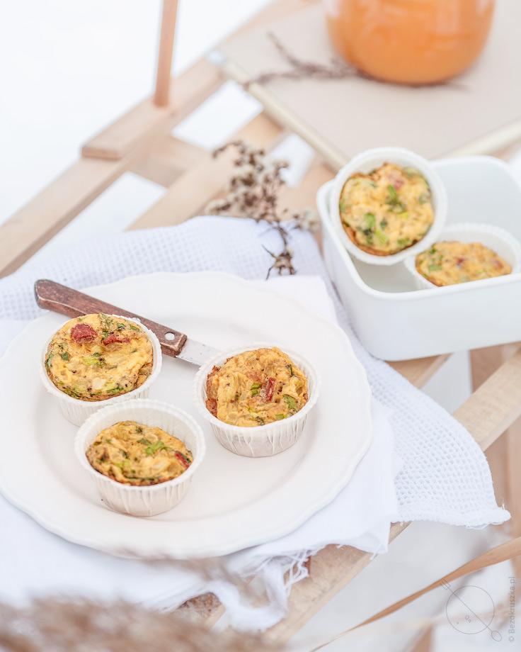Mini omlety bezglutenowe na śniadanie suszone pomidory