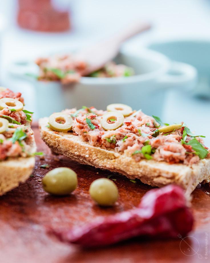 Pasta z makreli z suszonymi pomidorami chilli oliwkami bezglutenowe śniadanie