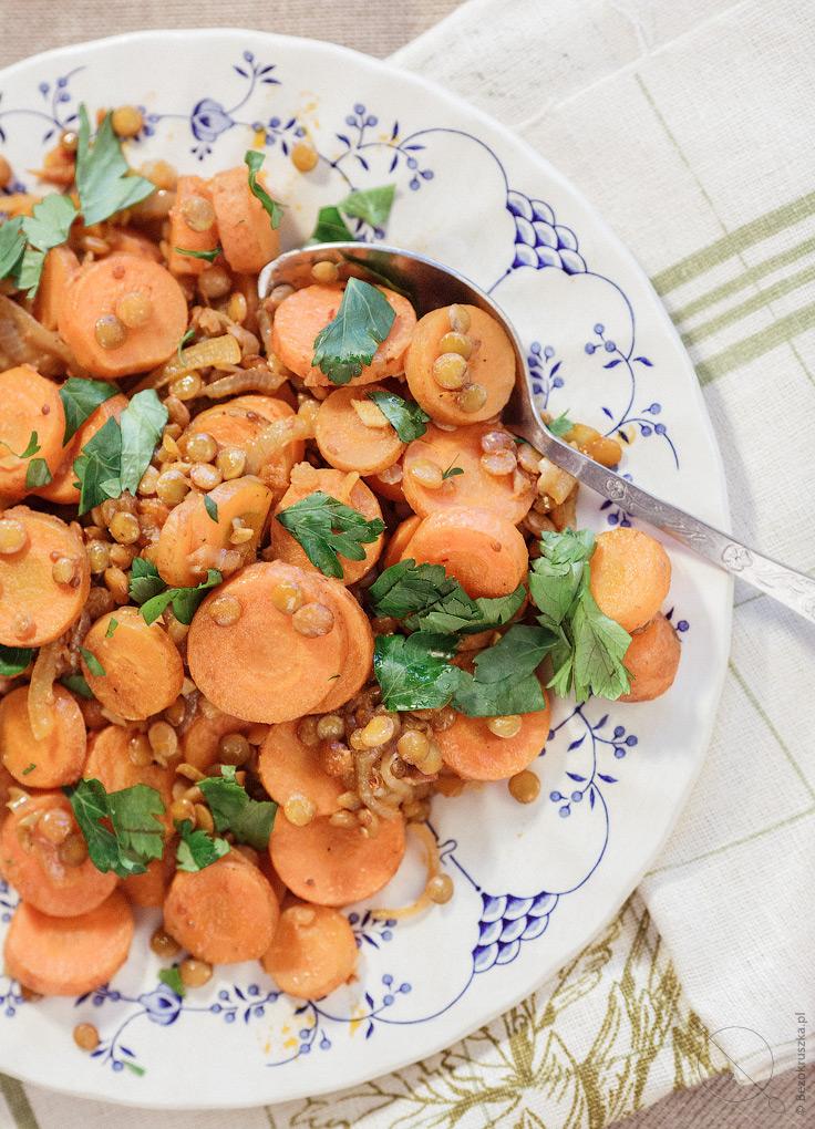Sałatka na ciepło z marchewkami i zieloną soczewicą wegańskie danie
