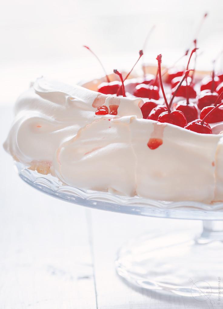 Pavlova bezglutenowy tort bezowy z wiśniami lub czereśniami na walentynki