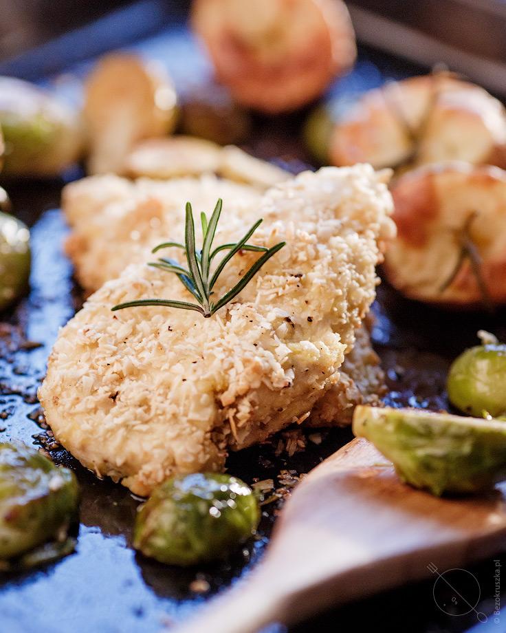 filet z piersi kurczaka w migdałach pieczony w piekarniku z  brukselką i ziemniakami