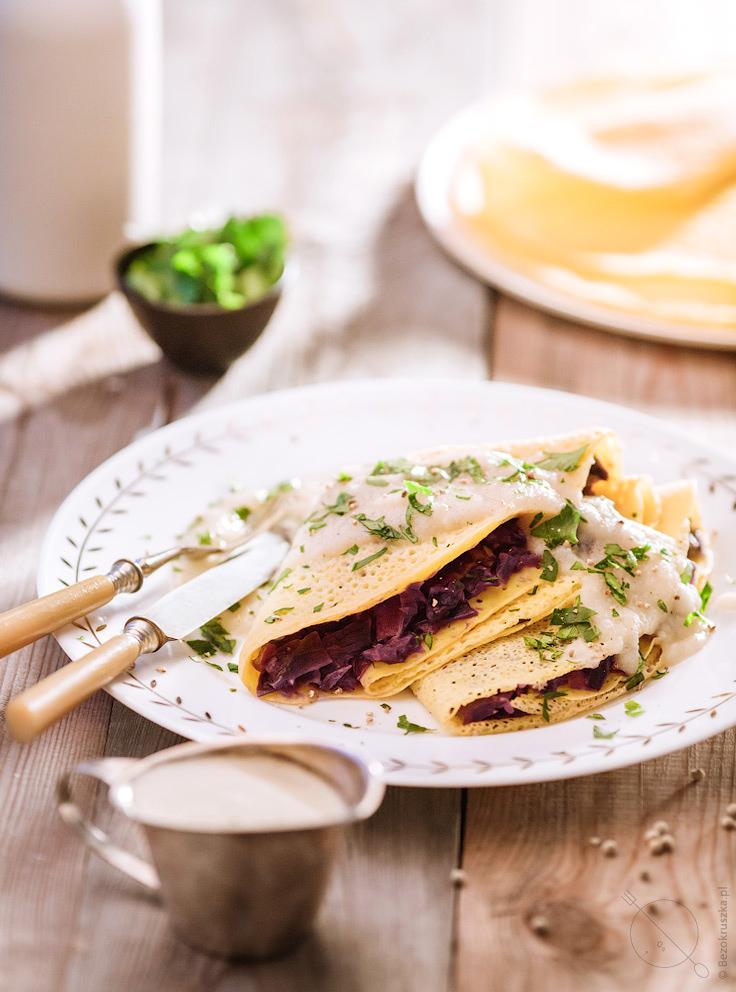 naleśniki kukurydziane bezglutenowe z kapustą czerwoną i sosem z selera