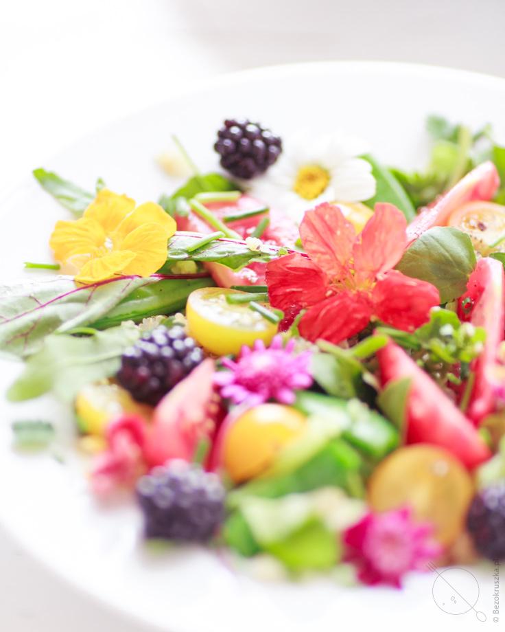 salatka letnia z quinoa i jeżynami