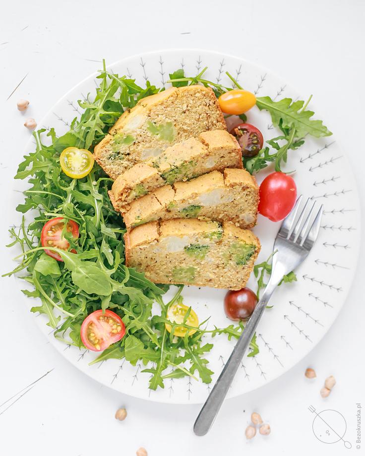 bezglutenowy chlebek z maka z ciecierzycy brokulem i kalafiorem wegańska