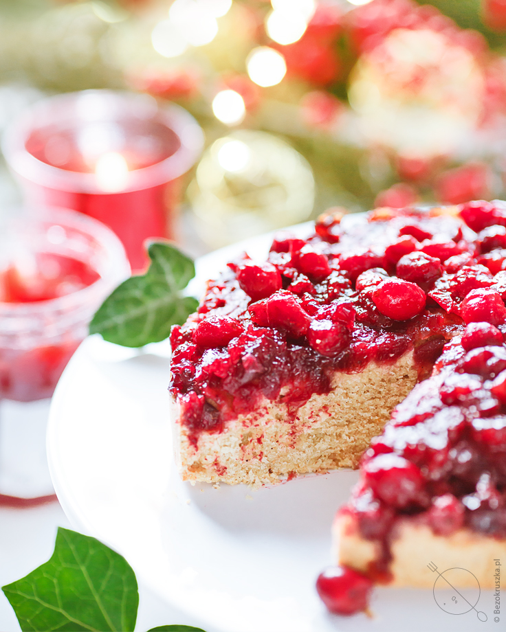 Wegańskie bezglutenowe świąteczne odwrócone ciasto z żurawiną