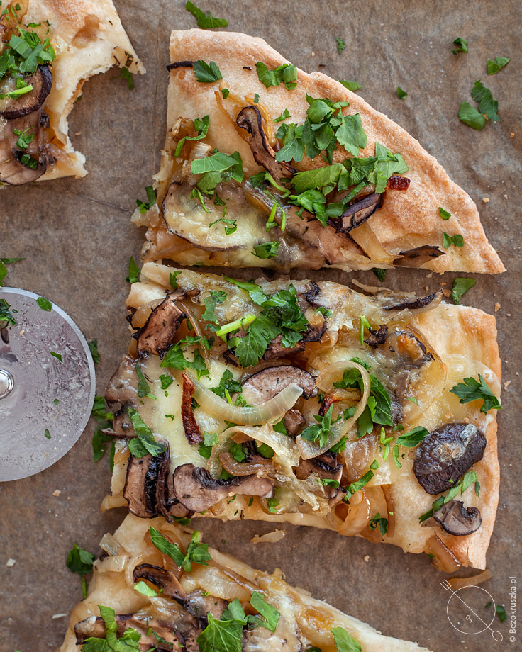 bezglutenowa pizza bez drożdży z cebulą i pieczarkami